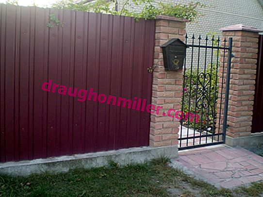 Installation of a gate in a fence from a professional flooring: a short educational program on installation technology